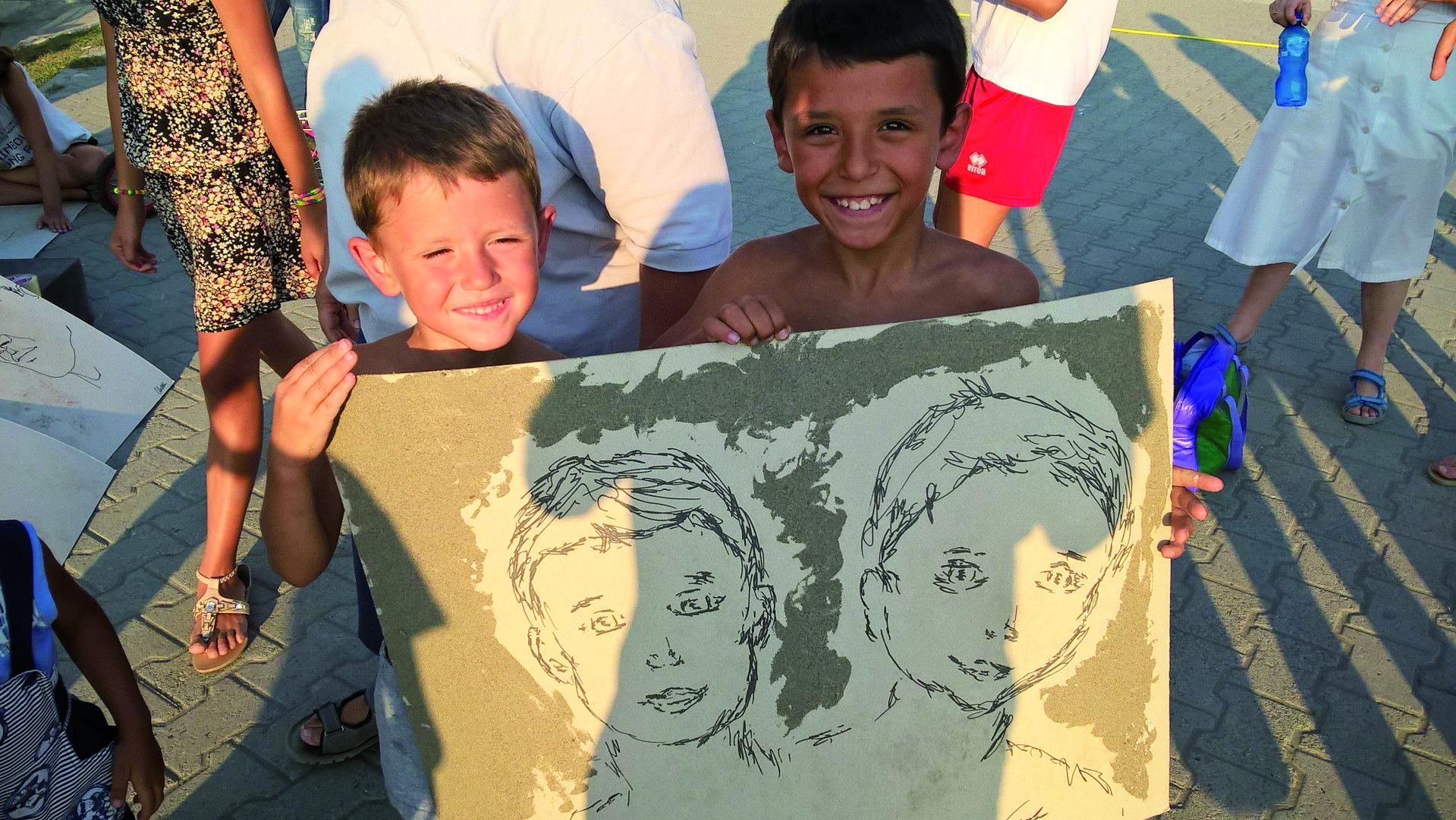 Bambini con un disegno