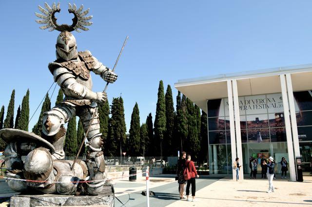 Tre statue provenienti dalle scenografie areniane firmate Franco Zeffirelli campeggiano infatti nel parcheggio e fanno sfoggio di sé, diventando attrazione per i turisti. Fra queste anche quella del Trovatore.