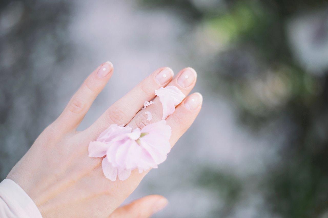 Mano con petali di fiore