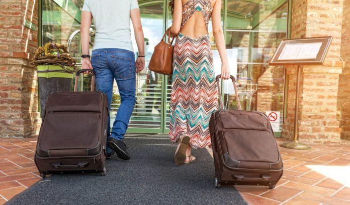 turisti turismo alloggi pernottamento viaggiatori viaggio bagagli valigia partenza hotel