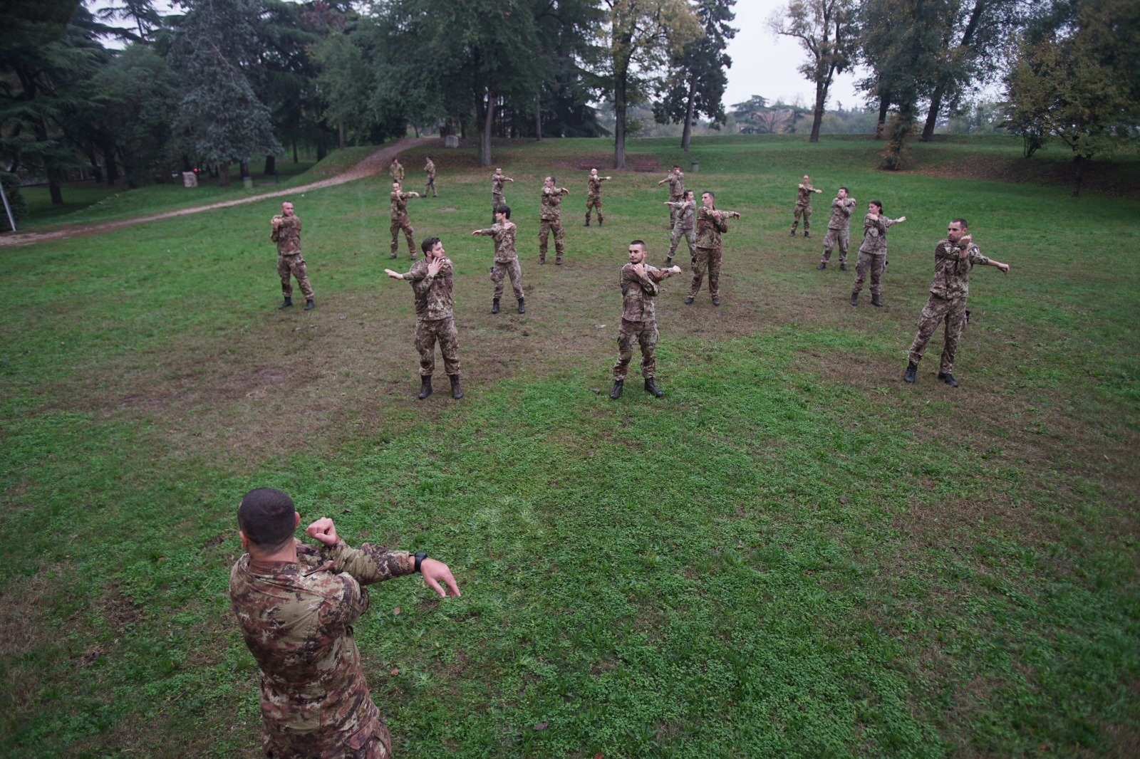 Esercito in allenamento sui bastioni