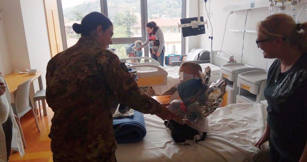 Militari volontari portano uova di Pasqua in ospedale