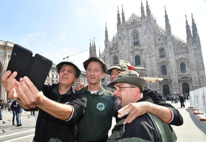Adunata Alpini milano selfie bardolino