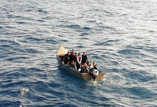 nave con 50 migranti verso lampedusa