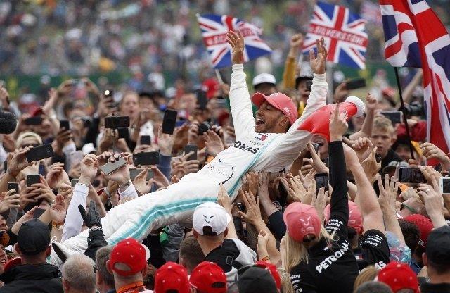 Lewis Hamilton in trionfo a Silverstone