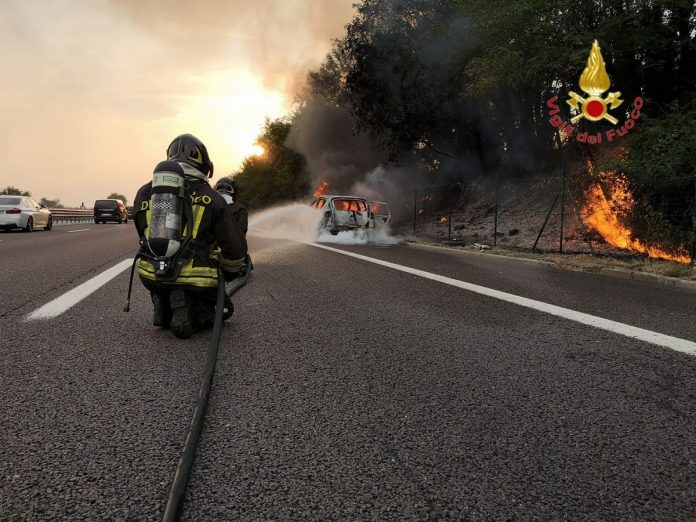 auto a gpl a fuoco vigili del fuoco