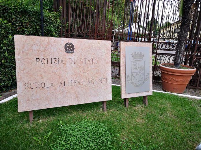 polizia scuola allievi agenti peschiera artista-poliziotta