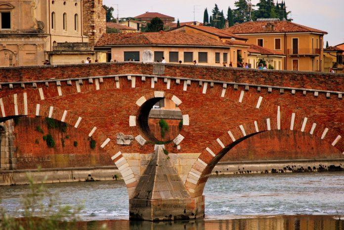 Verona-ponte pietra-fiume adige unesco siti veneto