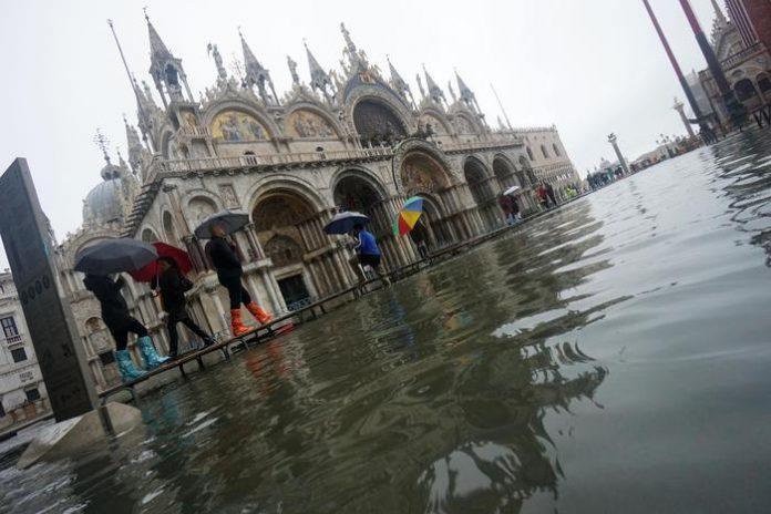 Acqua alta assalta Venezia, città vicina al collasso