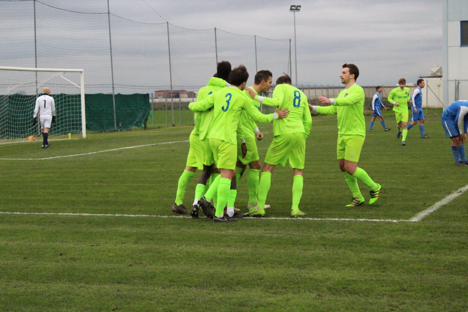 I ragazzi del Bevilacqua celebrano un gol.