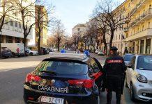danneggiano tre auto in sosta carabinieri