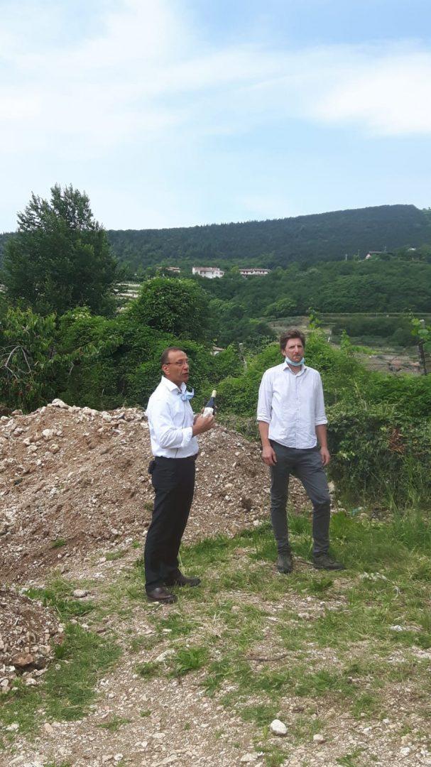 Daniele Accordini e Manuele Bronzato nella vigna in via Villa con Amarone Villa