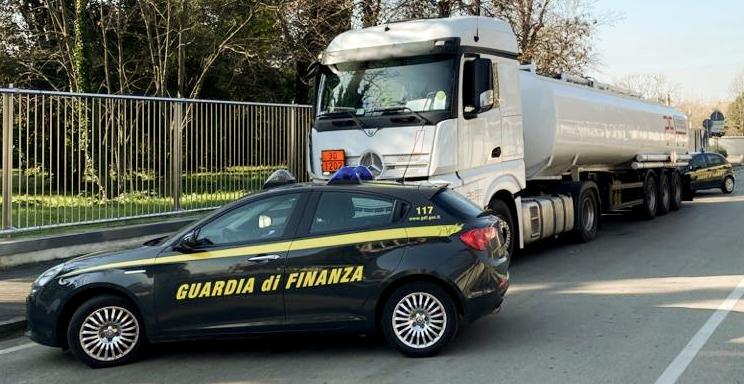 Le fiamme gialle controllano un camion che trasporta carburanti (foto d'archivio).