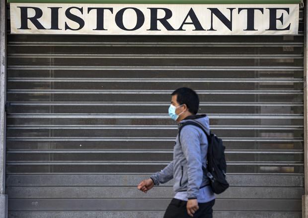 Serranda abbassata di un ristorante.