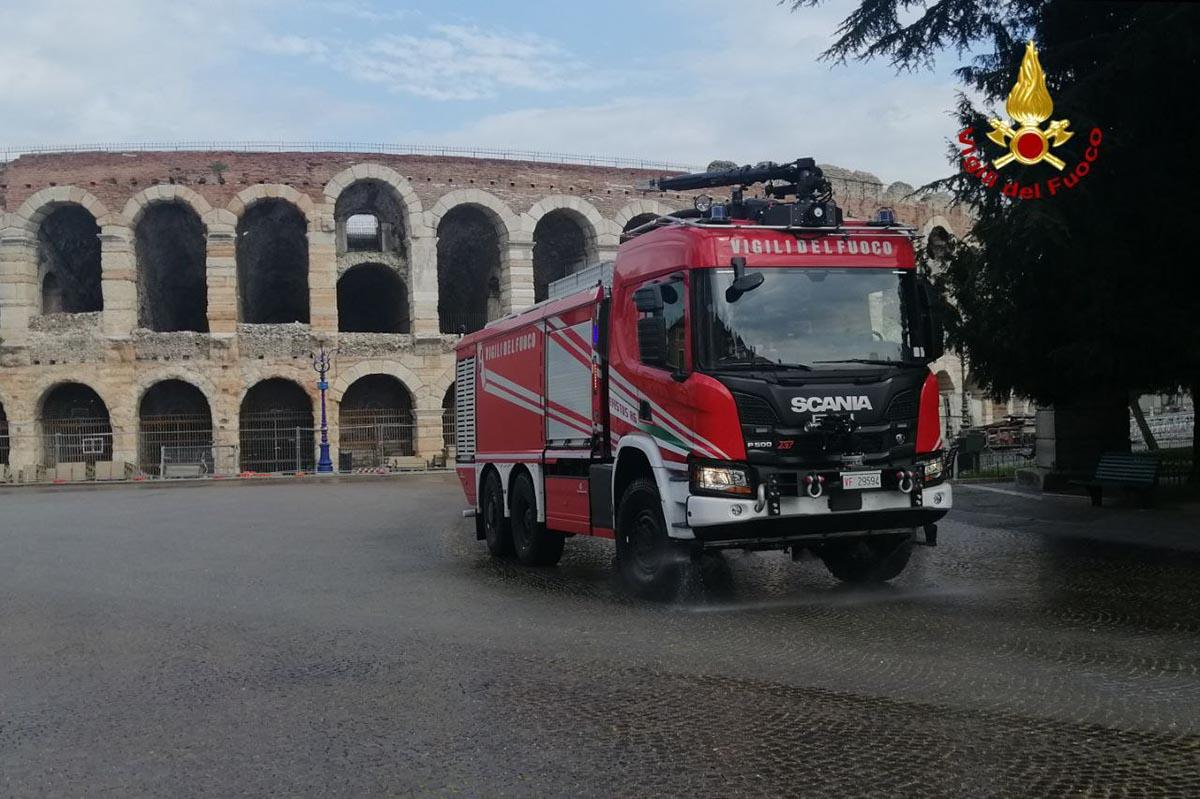 sanificazione vigili del fuoco - piazza Bra