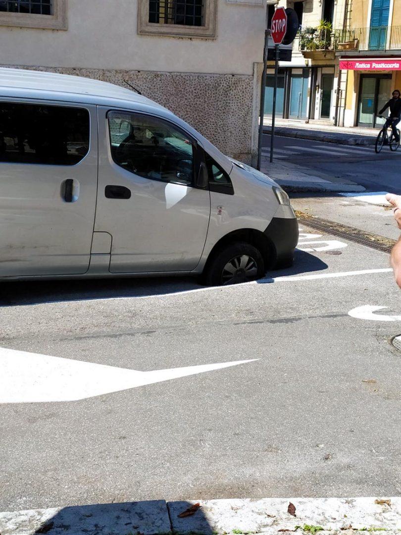 asfalto sfondato piazza isolo