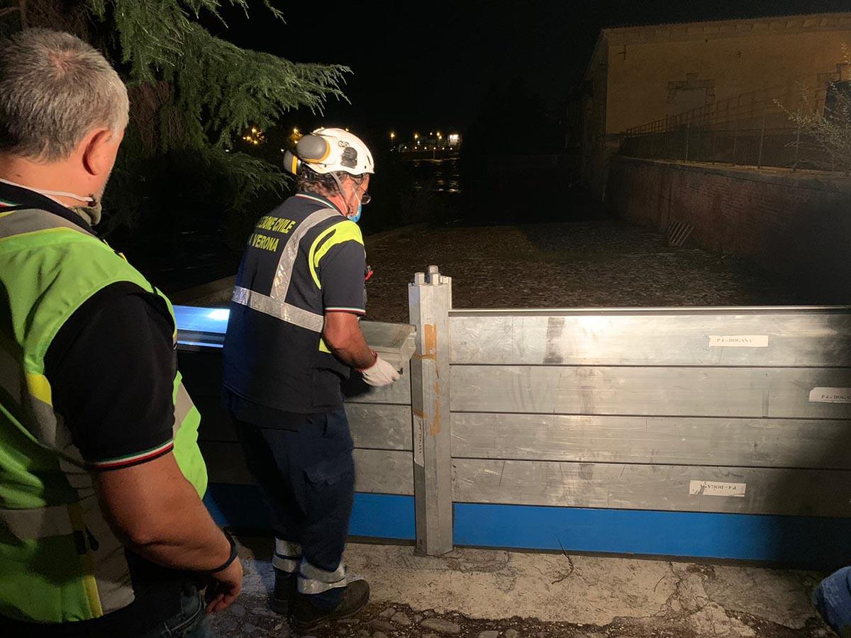 Piena dell'Adige - Protezione Civile al lavoro nella notte a Verona