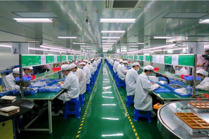 industria manifatturiera operai fabbrica