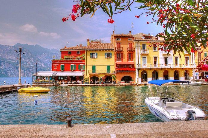 pixabay garda malcesine lago di garda barche case colorate