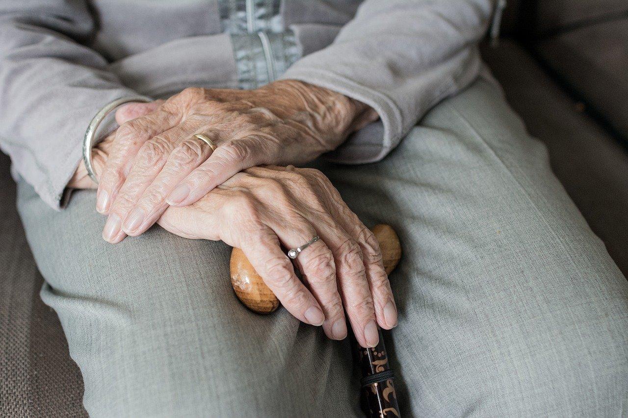 pixabay anziani anziano vecchiaia rughe mani casa di riposo