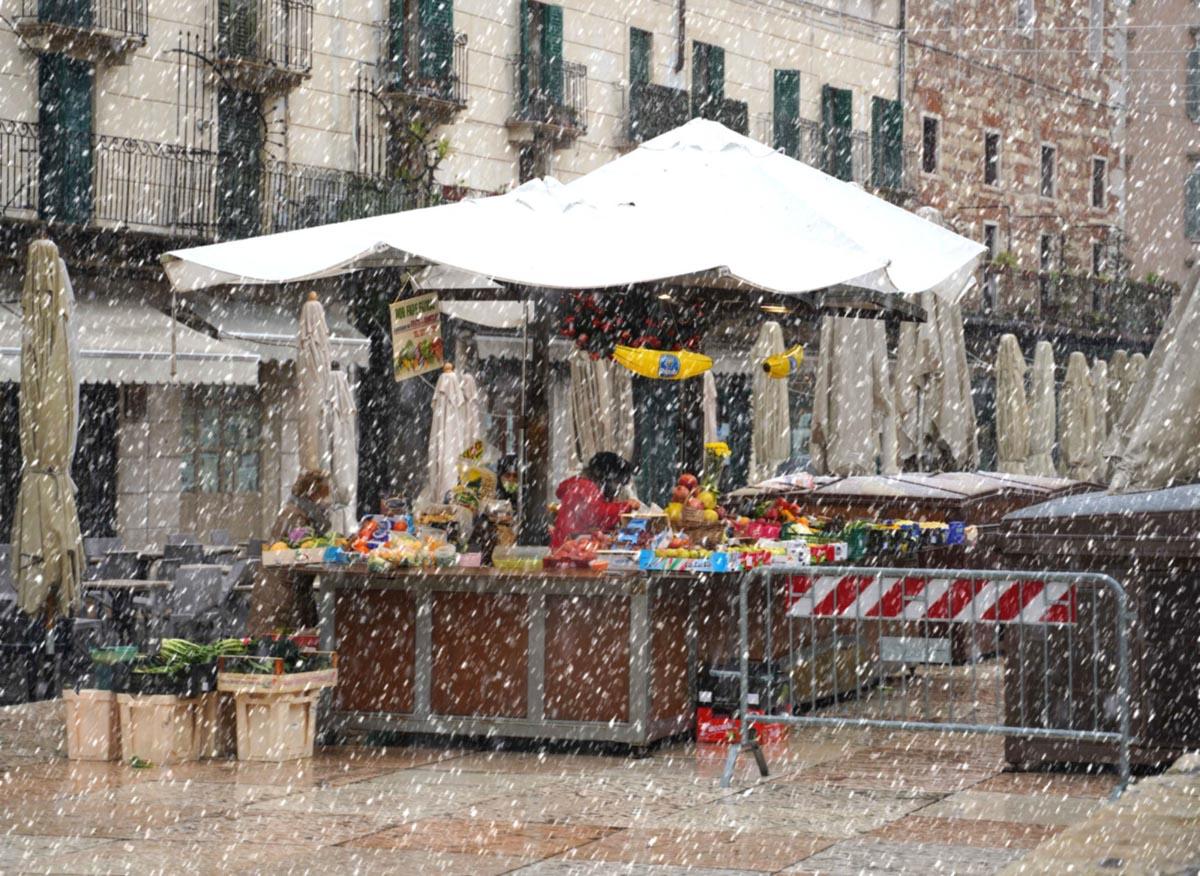 neve a Verona piazza Erbe by Angelo