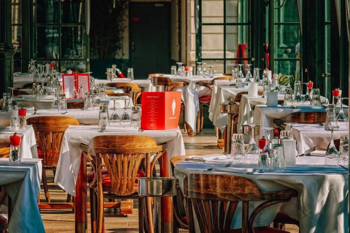 ristorUn ristorante chiuso per le limitazioni imposte dal governo.anti chiusi natale ristorante chiuso chiusura