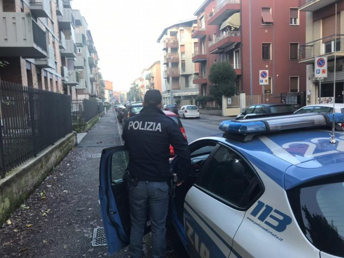 Agenti di polizia nel quartiere Golosine