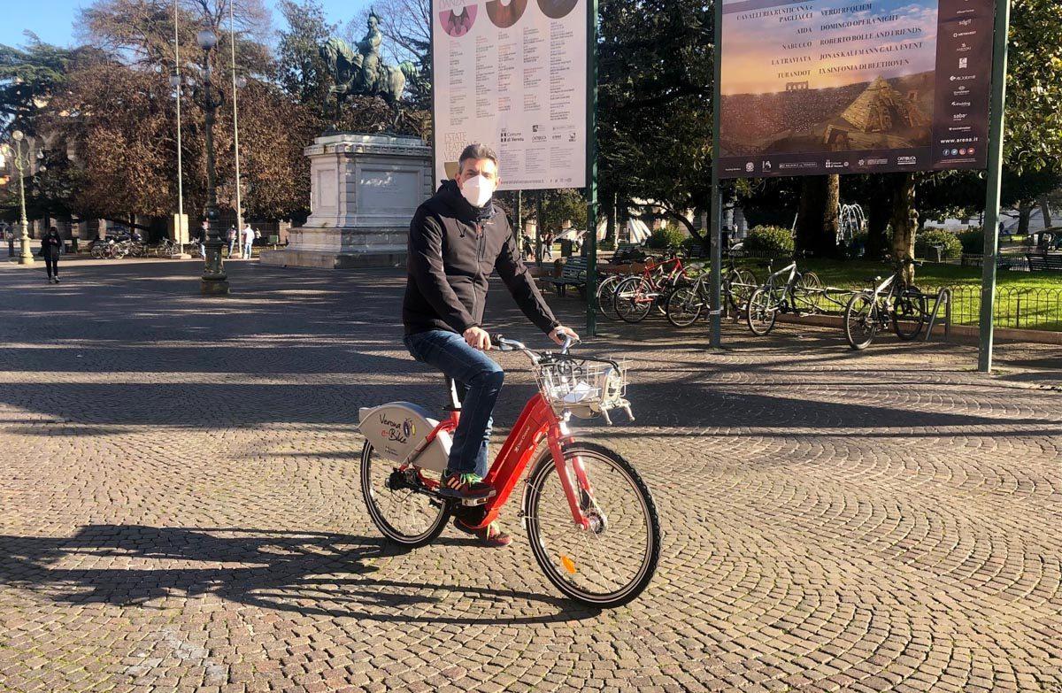 Luca Zanotto, vicesindaco di Verona, con una delle nuove bici elettriche del bike sharing della città