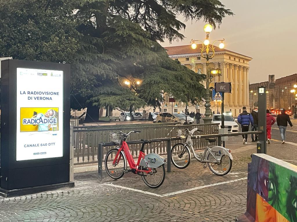 Postazione Verona Bike di piazza Bra con pubblicità Radio Adige