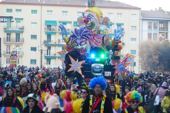 La folla in piazza per il Carnevale 2020
