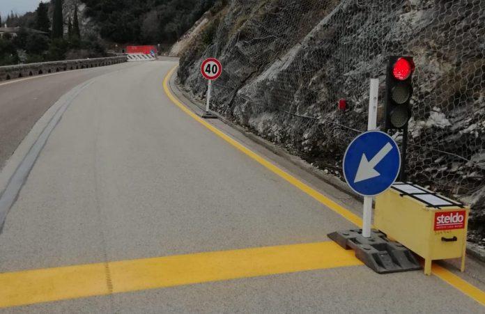 Impianto semaforico che regola il passaggio nel senso unico alternato sulla Gardesana all'altezza di Tempesta.