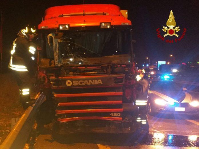Il camion fuoriuscito dalla carreggiata sull'A4 all'altezza di Sona.