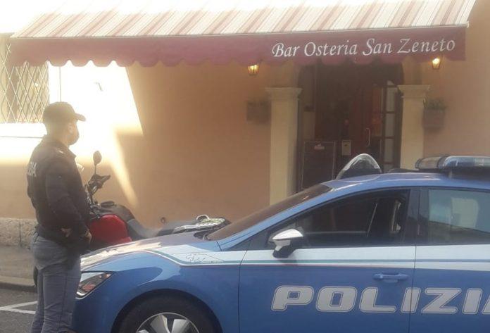 Agenti davanti al locale chiuso per cinque giorni.
