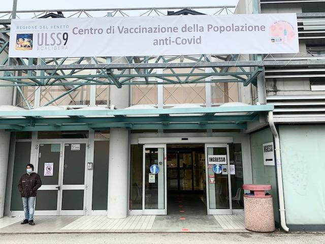 L'ingresso del centro vaccini a Legnago.