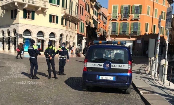 Agenti della Polizia Locale di Verona.