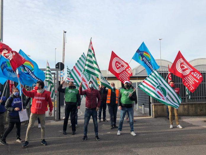 Picchetto di protesta davanti al magazzino Amazon della Zai di Verona sciopero