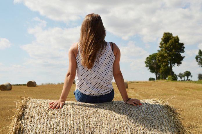 donne agricoltura agricoltrici donna campagna fieno campi