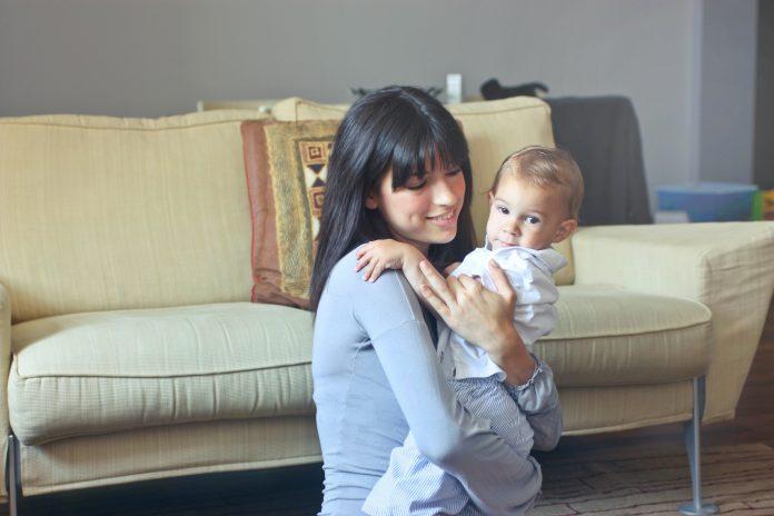 babysitter congedo parentale mamma genitori mamme figli bambini asilo