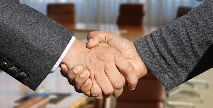 stretta di mano colloquio lavoro azienda impresa imprenditori accordo contratto