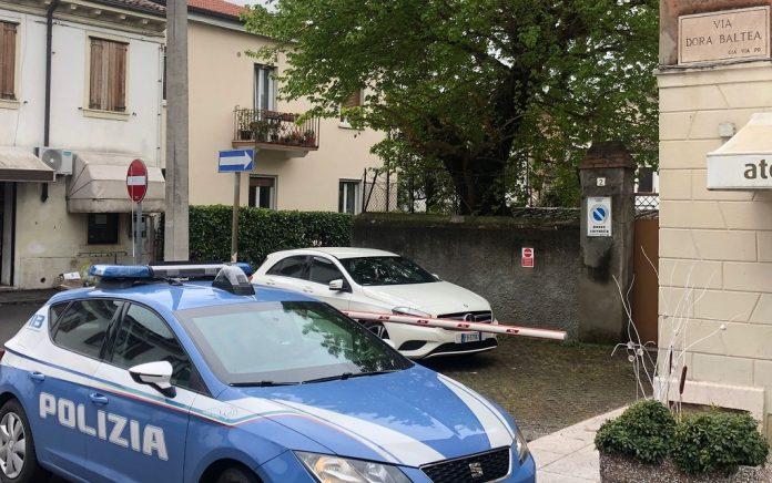 Volanti in via Dora Baltea, dove si è consumata la rapina.