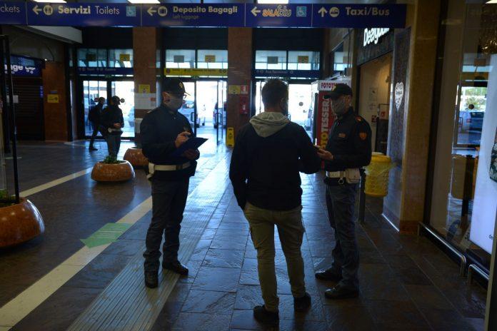 Agenti della Polfer durante un controllo alla Stazione di Porta Nuova