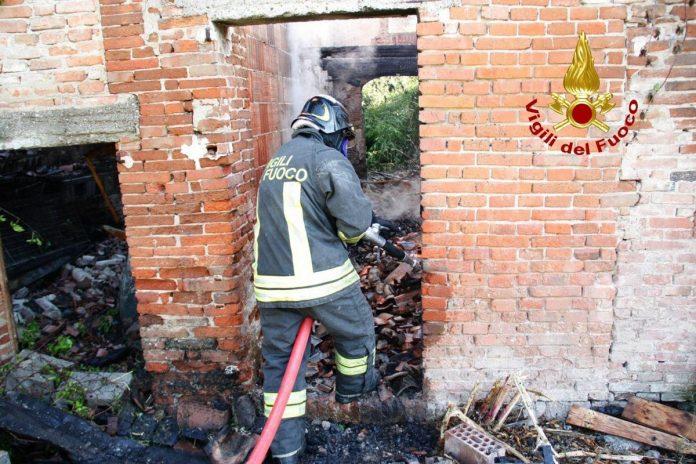 Incendio in un deposito di Veronella, l'intervento dei Vigili del fuoco