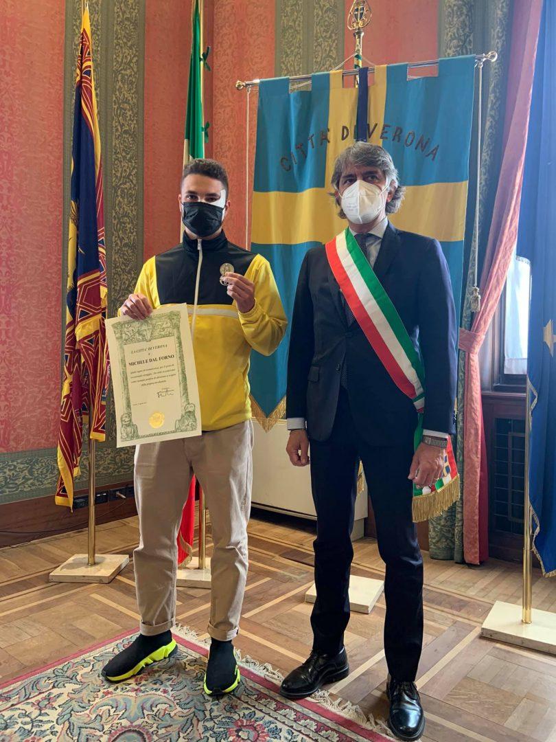Michele Dal Forno premiato con la medaglia della città dal sindaco di Verona Federico Sboarina