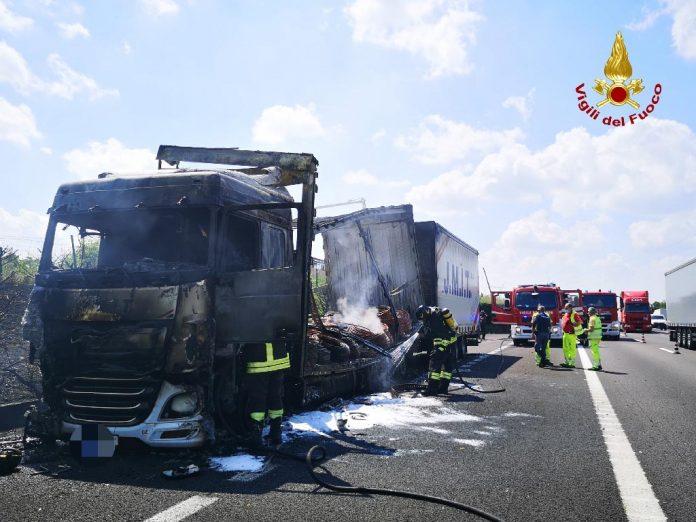 Autoarticolato in fiamme in A4