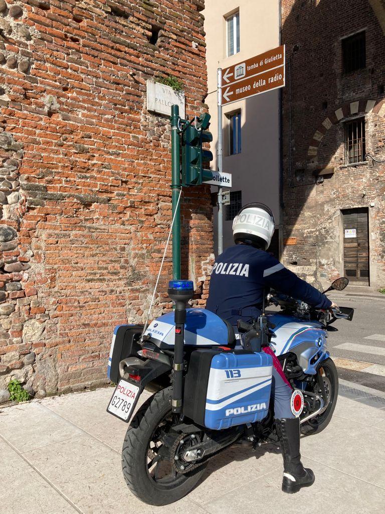 Agente della Polizia di Stato in moto in centro a Verona via Pallone