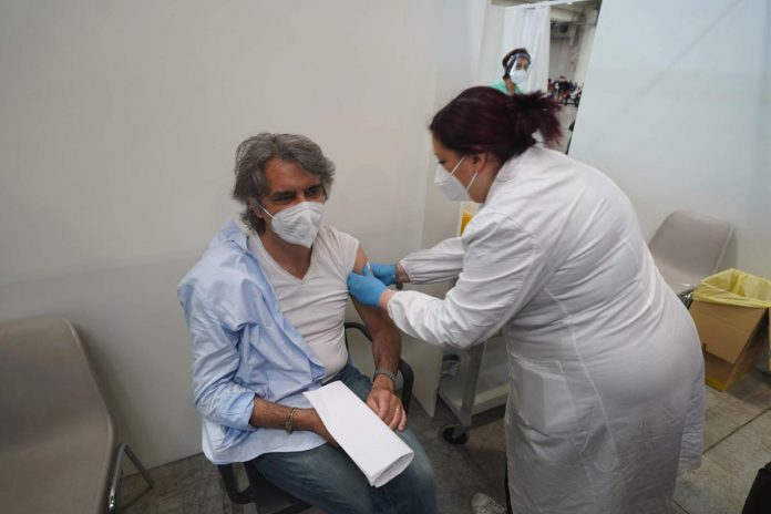 Vaccino in Fiera del sindaco di Verona Federico Sboarina