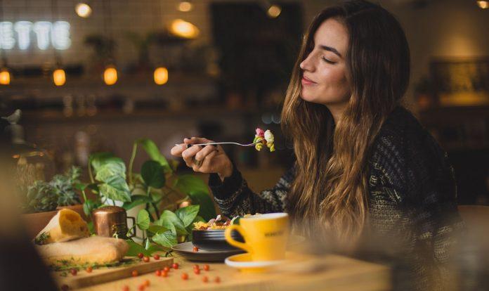 Una ragazza a cena