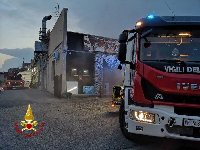 Incendio magazzino Settimo di Pescantina - Vigili del fuoco
