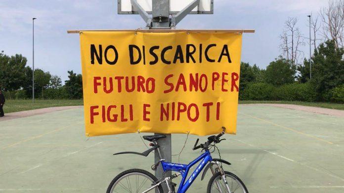 Un cartello contro la discarica a Sorgà