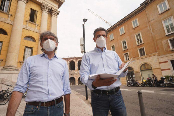 Il sindaco di Verona Federico Sobarina e l'assessore Luca Zanotto